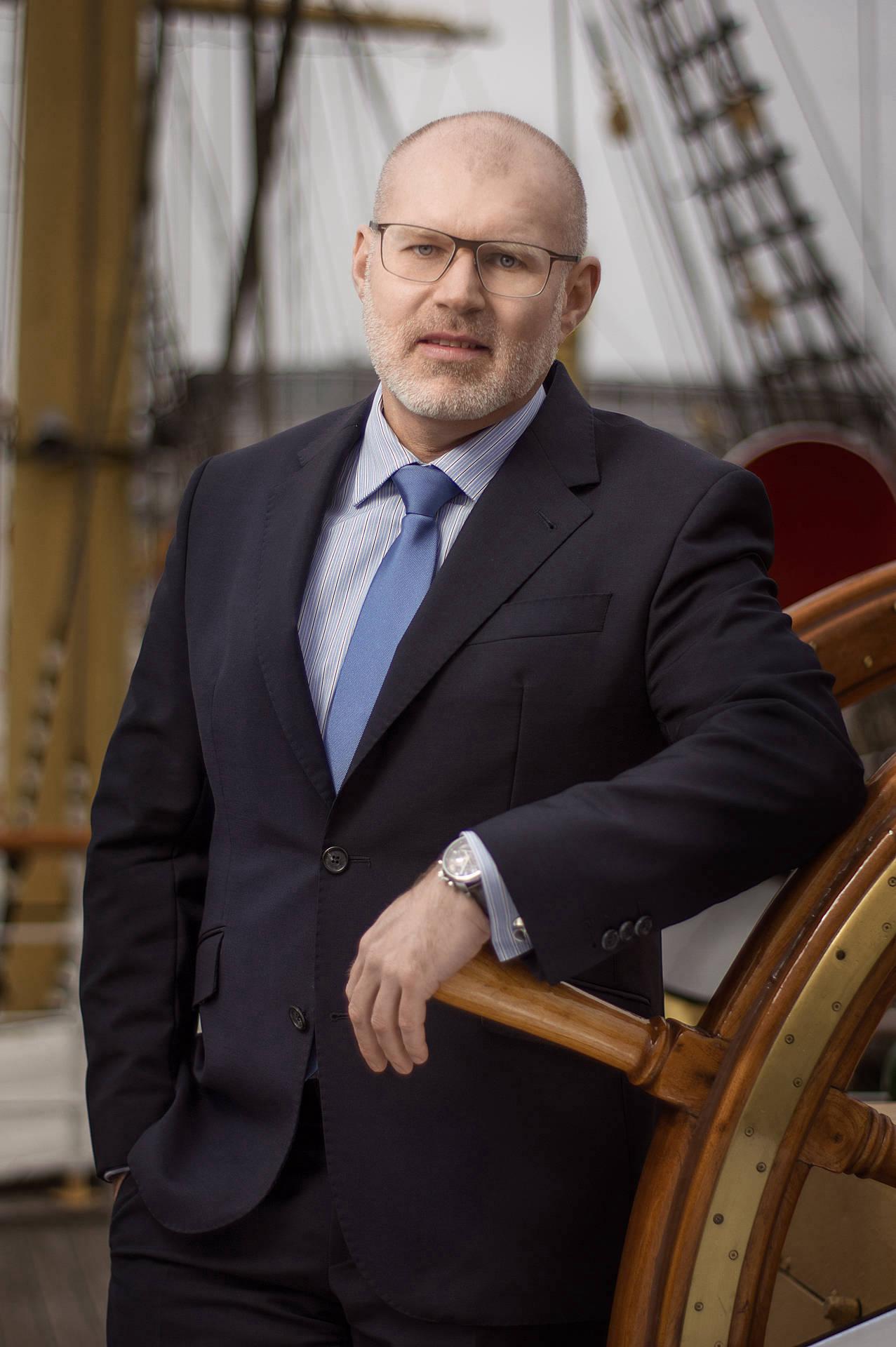 Businessportrait eines Mannes auf Segelboot