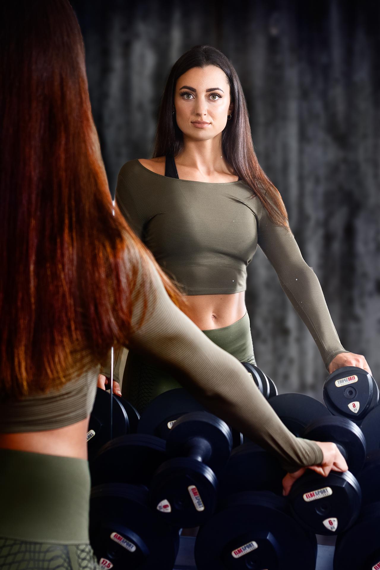 Portrait einer Athletin im Fitnessstudio