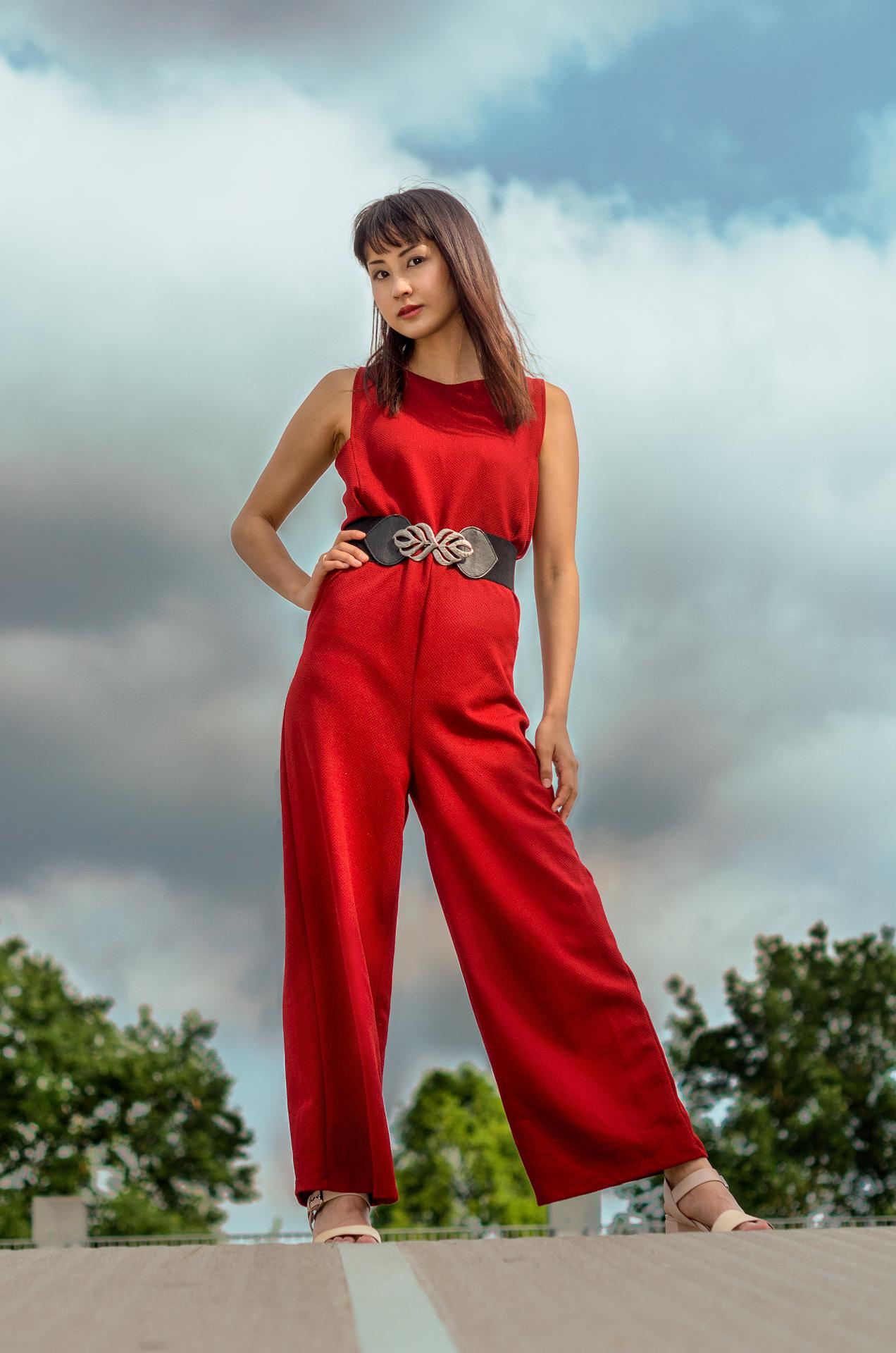 Fotomodel in Designer Mode auf der Strasse