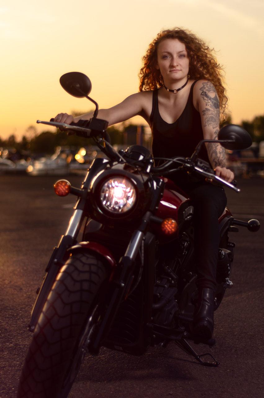 Portraitfoto einer Motorradfahrerin