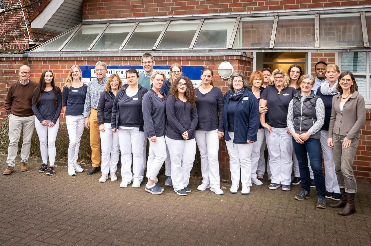 Mitarbeiter vor der Praxis in einem Gruppenfoto